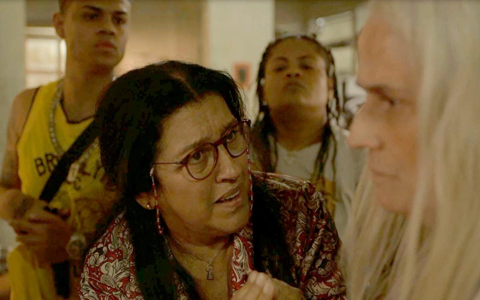 Lurdes e Kátia em cena da novela Amor de Mãe (Foto: Reprodução)