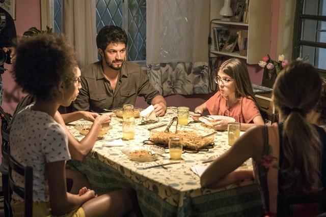 Marcos (Romulo Estrela) e Sofia (Valentina Vieira) jantam na casa de Paloma (Grazi Massafera) em Bom Sucesso (Foto: Globo/João Cotta)