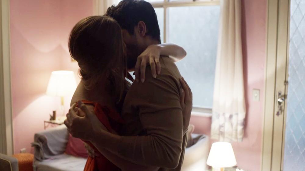 Marcos e Paloma de Bom Sucesso se beijam