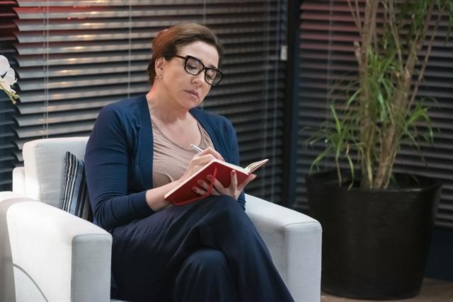 Marisa Orth viverá falsa terapeuta de casais na novela Bom Sucesso