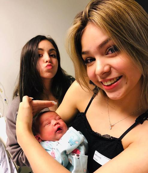 Mc Melody revela para o mundo rosto de nova irmã e internautas se surpreendem. Foto: Reprodução