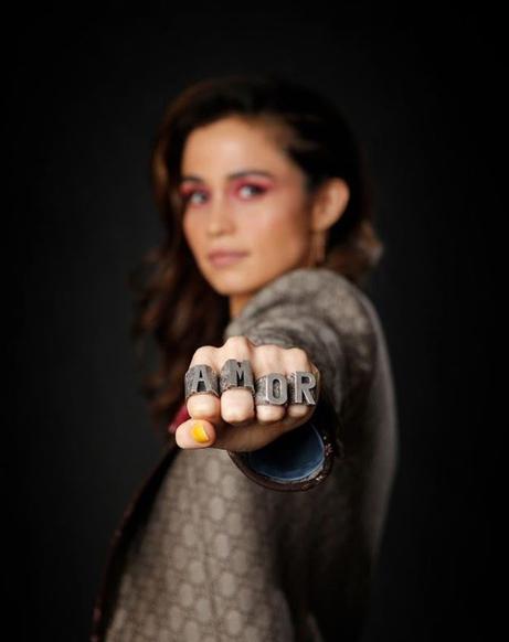 Em clique no Instagram, Nanda Costa revelou estar impactada com comercial de Amor de Mãe em que ela aparece (Foto: Reprodução/ Instagram)