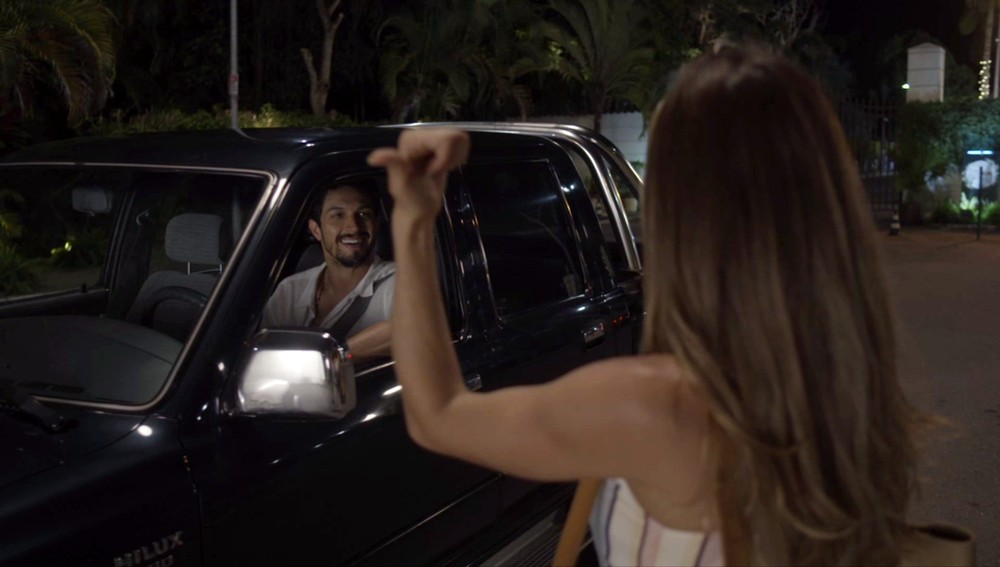 Paloma pede carona para Marcos para ir a Búzios