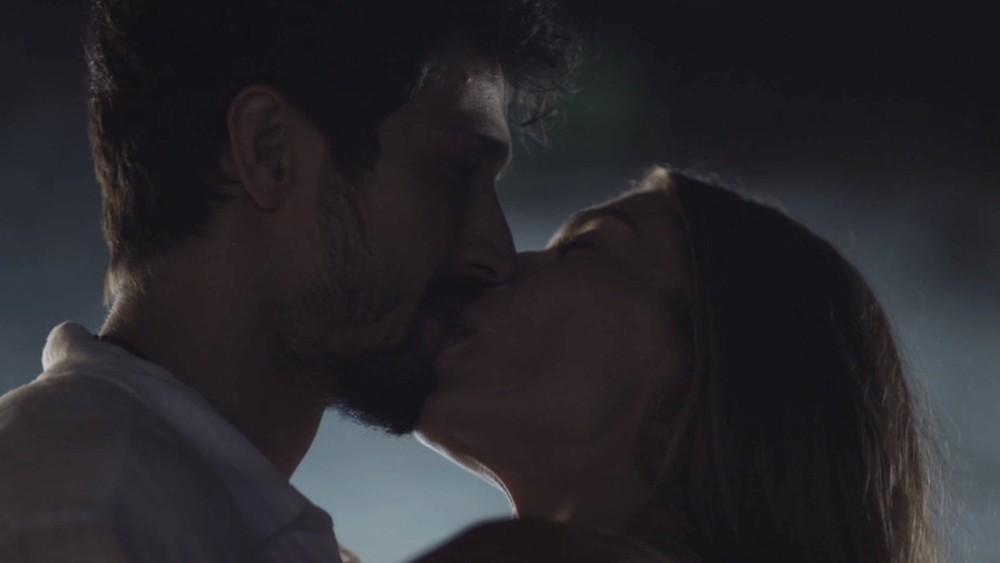 Paloma beija Marcos em cena romântica de Bom Sucesso