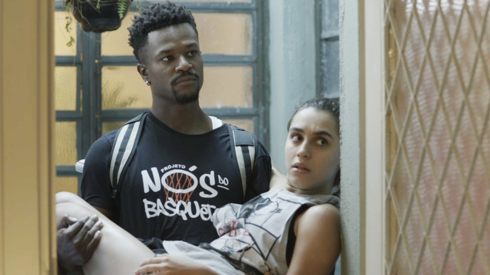 Ramon carrega Gabriela no colo após machucado em Bom Sucesso