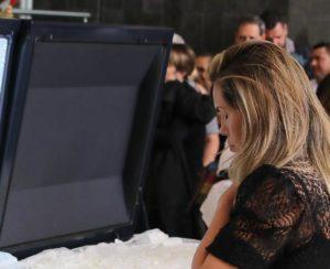 Renata Banhara ora próximo ao caixão de Gugu (Imagem: Instagram)