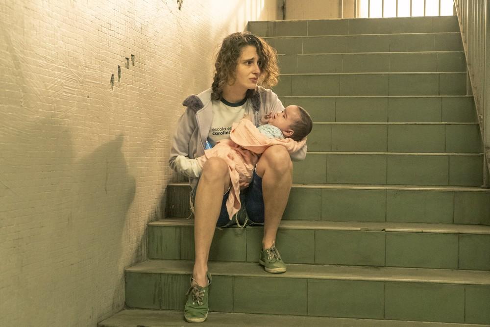 Carol Duarte como a mãe Solange em cena de Segunda Chamada (Foto: Reprodução)