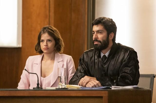 Tibério (Vandré Silveira) e Josiane (Agatha Moreira) no tribunal em A Dona do Pedaço (Foto: Victor Pollak/TV Globo)