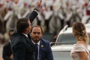 Carlos, filho de Bolsonaro, durante a posse presidencial (Foto: Reprodução)