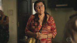 Regina Casé (Lurdes) em cena de Amor de Mãe, que caiu na audiência (Foto: Reprodução/Globo)