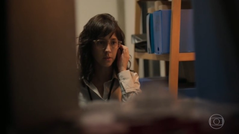 Amanda (Camila Márdilla) que destruir Álvaro em Amor de Mãe e será perseguida (Foto: Reprodução/Globo)