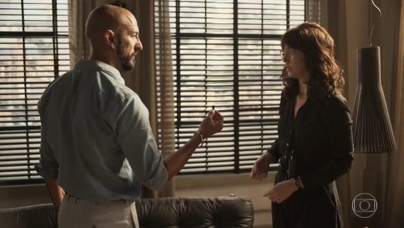 Álvaro (Irandhir Santos) dará flagra em Amanda (Camila Márdilla) em Amor de Mãe e ficará chocado com traidora (Foto: Reprodução/Globo)