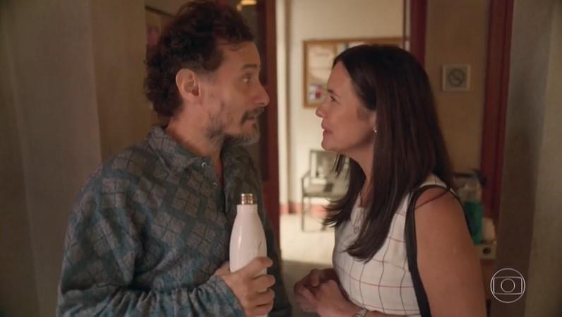 Durval (Enrique Diaz) promoverá encontro de Thelma (Adriana Esteves) com amiga em Amor de Mãe (Foto: Reprodução/Globo)