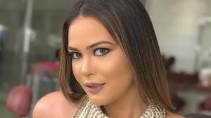 Geisy Arruda causou ao surgir nas redes sociais sensualizando ao lado de um carrão de luxo