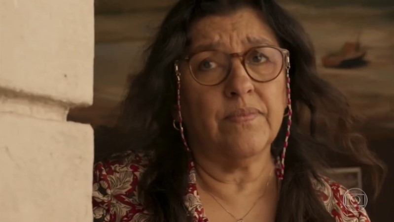 Lurdes (Regina Casé) em Amor de Mãe (Foto: Reprodução/Globo)