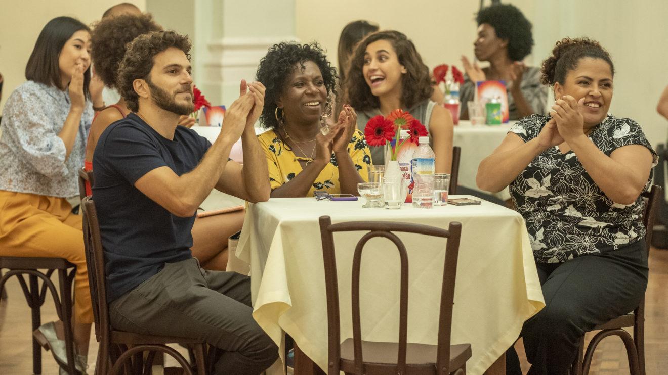 A torcida no concurso de dança de Francisca (Gabriela Moreyra) e Ramon (David Junior) em Bom Sucesso