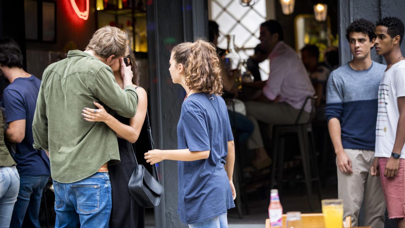 Filipe beija Leila bem na frente de sua namorada em Malhação Toda Forma de Amar (Foto: Divulgação/Globo)
