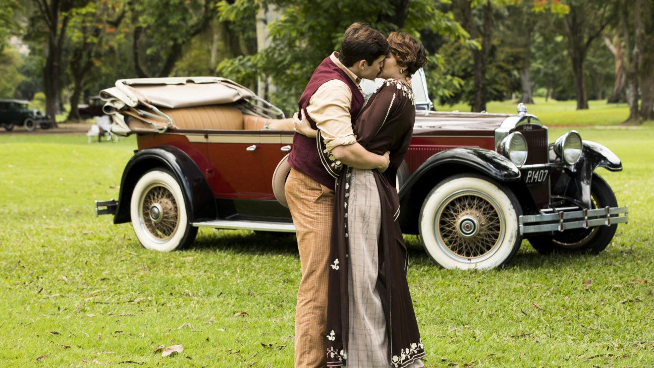 Alfredo (Nicolas Prattes) e Adelaide (Joana de Verona) conversam depois do beijo em Éramos Seis