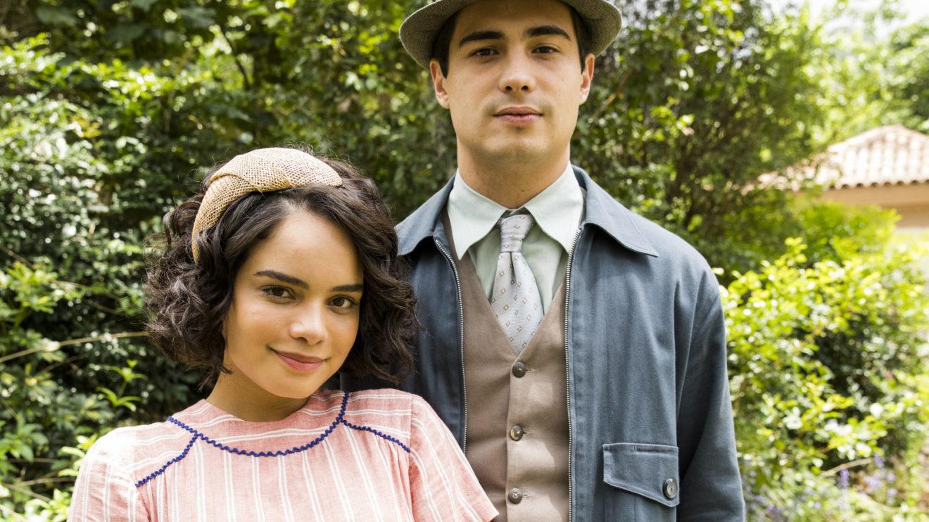 Carlos (Danilo Mesquita) e Inês (Carol Macedo) se encontram pela primeira vez após a volta dela à São Paulo em Éramos Seis