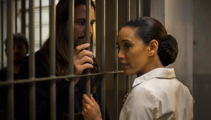 Vitória (Taís Araujo) tenta tirar Davi (Vladimir Brichta) da cadeia, mas ele nega ajuda (Foto: Globo/Estevam Avellar)