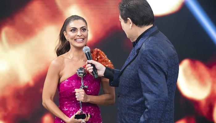 Juliana Paes e Faustão durante o Melhores do Ano, que teve maior audiência em dois anos (Foto: Globo/Fábio Rocha)
