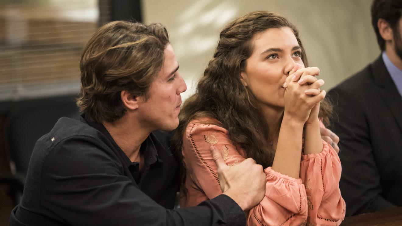 Rita (Alanis Guillen) comemora a decisão do juiz e recebe um abraço de Rui (Romulo Arantes Neto) na trama de Malhação Toda Forma de Amar da Globo