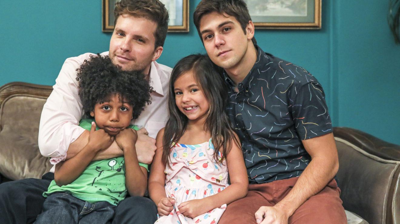 Alan (Thiago Fragoso) com os filhos Mosquito (Ygor Marçal), Tarantino (Daniel Rangel) e Queen (Alice Palmar) em Salve-se Quem Puder (Foto: Globo/Paulo Belote)