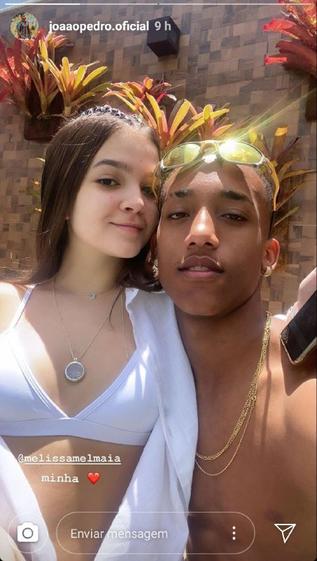 Mel Maia surgiu em foto ousada no colo do namorado João Pedro