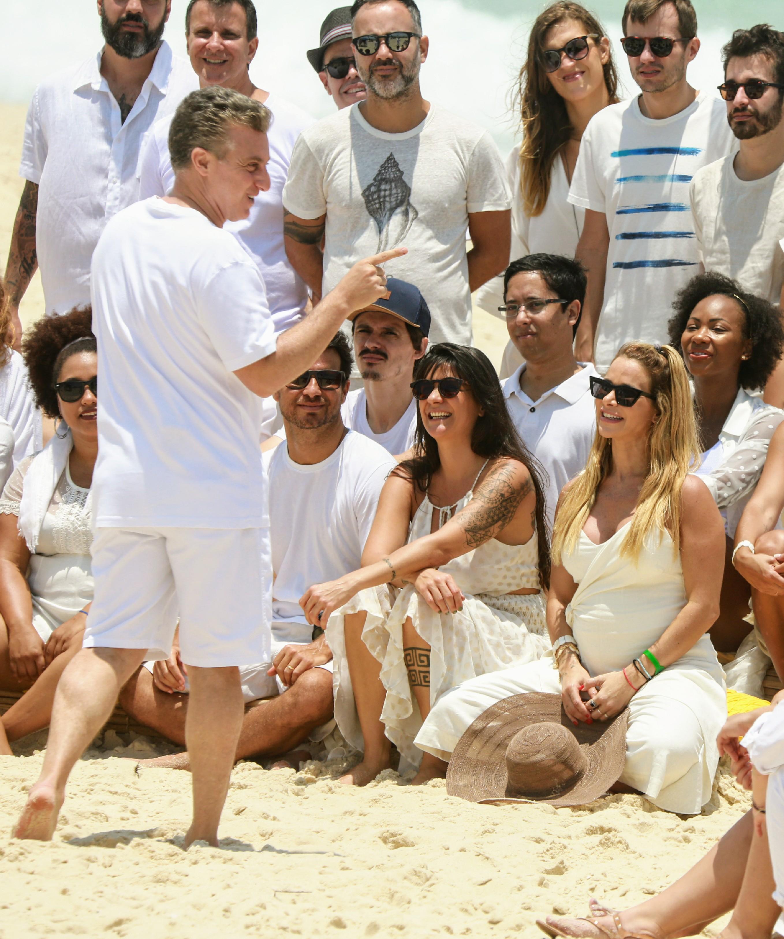O apresentador da Globo Luciano Huck gravou o Cadeirão na praia da Barra da Tijuca (Foto: AgNews/ Dilson Silva)