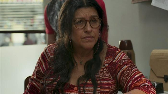Lurdes (Regina Casé) entrará para o crime por causa do filho perdido em Amor de Mãe (Foto: Reprodução/Globo)