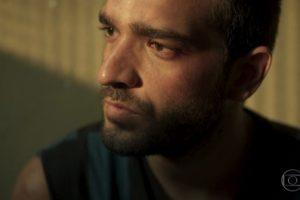 Sandro (Humberto Carrão) vai desgraçar a vida de Lurdes (Regina Casé) (Foto: Reprodução/Globo)