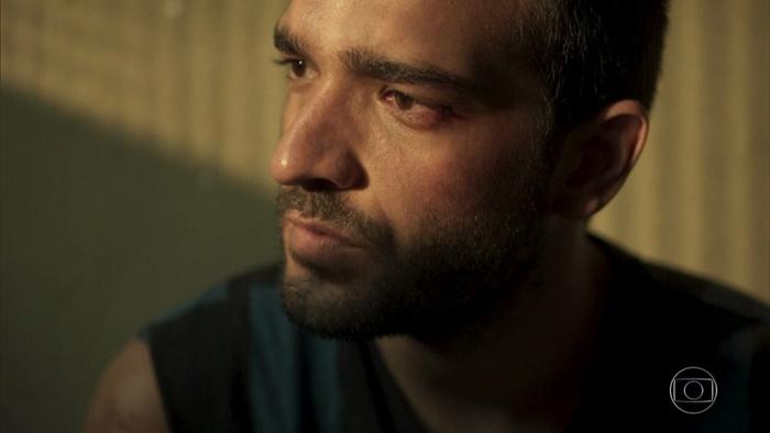 Sandro (Humberto Carrão) em cena de Amor de Mãe (Foto: Reprodução/Globo)