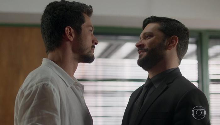 Marcos (Romulo Estrela) dará soco em Diogo (Armando Babaioff) em Bom Sucesso e deixará vilão com rosto desfigurado (Foto: Reprodução/Globo)