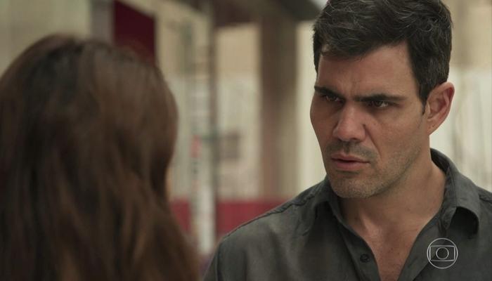 Magno (Juliano Cazarré) e Betina (Isis Valverde) em Amor de Mãe (Foto: Reprodução/Globo)