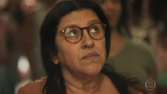 Lurdes (Regina Casé) em Amor de Mãe (Foto: Reprodução/TV Globo)