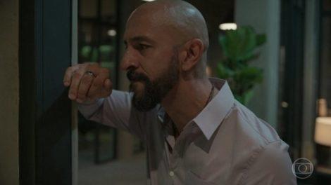 Álvaro (Irandhir Santos) descobrirá traição após flagra em Amor de Mãe (Foto: Reprodução/Globo)