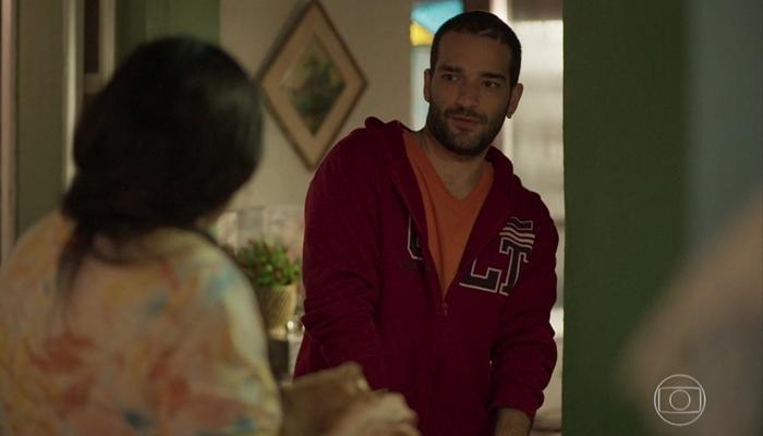 Sandro (Humberto Carrão) e Lurdes (Regina Casé) em cena de Amor de Mãe. Ele não é Domênico (Foto: Reprodução/TV Globo)