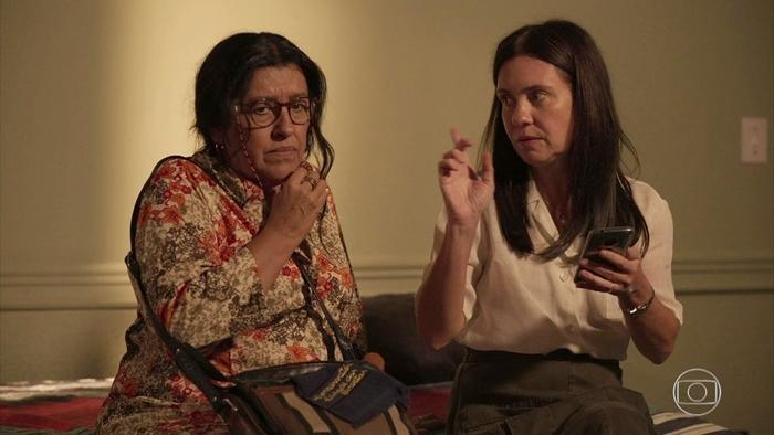 Regina Casé (Lurdes) e Adriana Esteves (Thelma) em cena de Amor de Mãe, que empatou com Bom Sucesso na audiência (Foto: Reprodução/Globo)