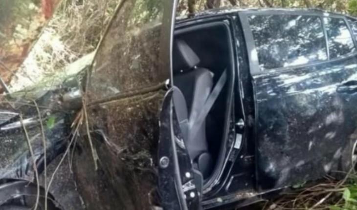 Carro ficou totalmente destruído (Foto: Reprodução)
