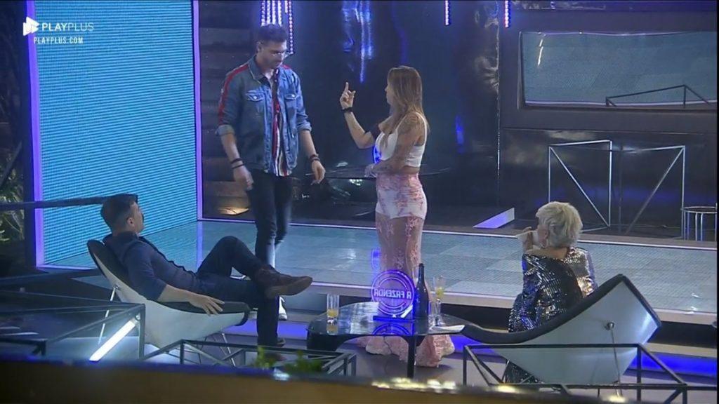 Bifão dá dedo para Guilherme Leão em momento de descontração em A Fazenda 11 (Foto: Reprodução/PlayPlus)