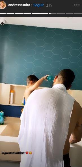 Andressa Suita mostra Gusttavo Lima dando banho em Gabriel (Foto: Reprodução)