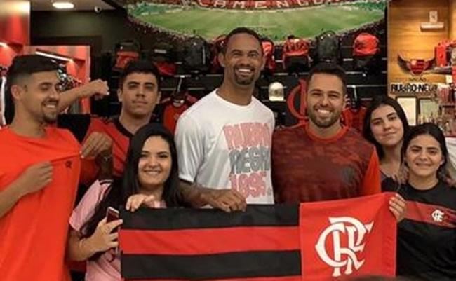 Goleiro Bruno com torcedores do Flamengo (Foto: Reprodução)
