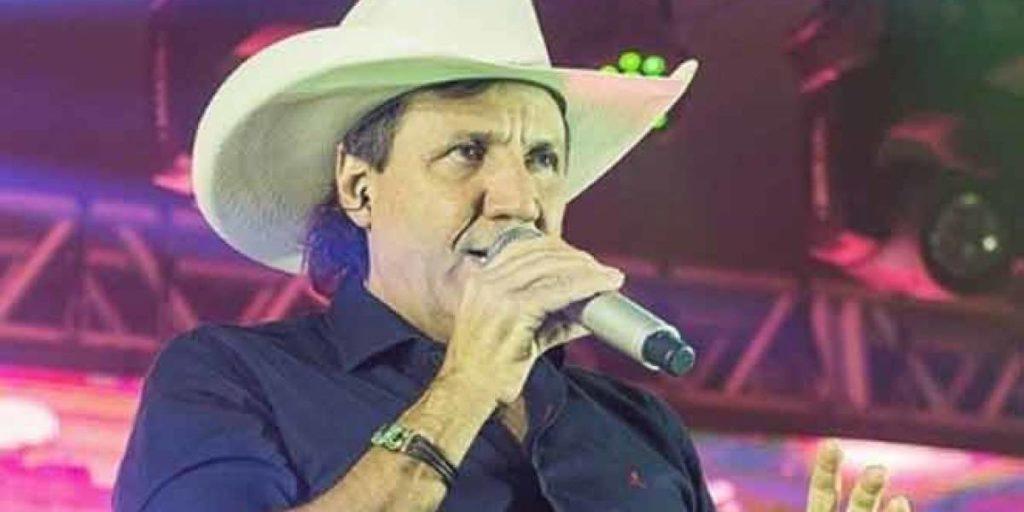 Morreu aos 59 anos o cantor sertanejo Juliano Cezar, o qual sofreu uma parada cardíaca em pleno show e fãs se assustaram após o mesmo cair em cima do palco do nada (Foto: Reprodução)