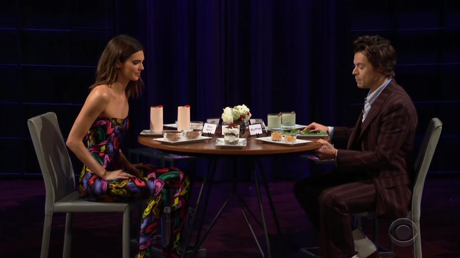 Kendall Jenner e Harry Styles se reencontram na TV. Imagem: Reprodução/YouTube