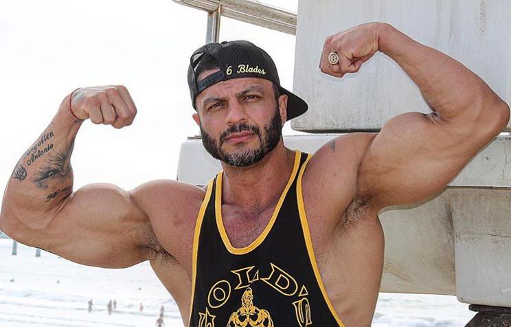 O famoso ex-participante do reality show da Globo, Big Brother Brasil, Kleber Bambam causa ao admitir que se mudou para conseguir comprar armas (Foto: Reprodução)