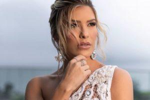 A ex-dançarina do Faustão da Globo, Lore Improta está processanddo estilista após ficar sem roupa na frente de um monte de gente (Foto: Reprodução/Instagram)