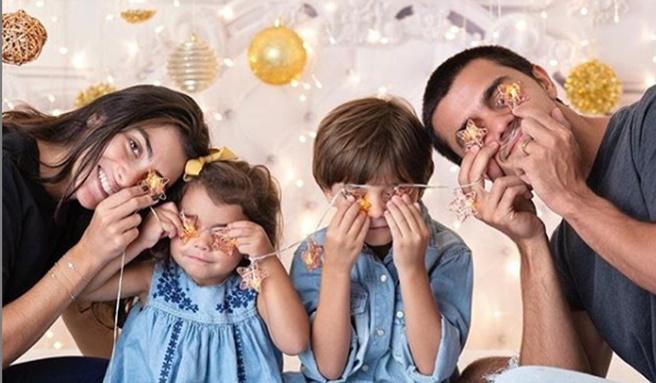 Mariana Uhlmann com os filhos e Felipe Simas (Foto: Reprodução)