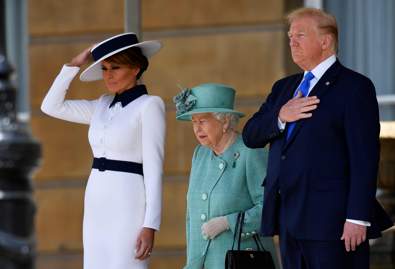 Melania, filha de Elizabeth II, se recusa à cumprimentar Donald Trump em visita dele ao palácio (Foto: Reprodução)