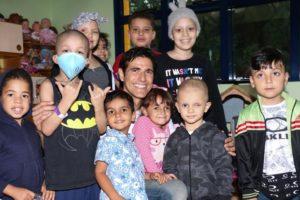 Reynaldo Gianecchini ao lado de crianças da GRAACC (Foto: Lucas Ramos / AgNews)