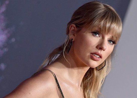 Taylor Swift compartilha foto com o bumbum empinado e web vai à loucura (Foto: Reprodução)